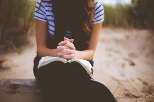 """Devocional """"Entre tus manos"""" – Episodio 59: El Dios al que oramos"""